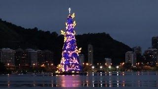 Brasilien: Der größte schwimmende Weihnachtsbaum und Oben-Ohne am Strand