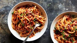 Dopo la carbonara al pomodoro il New York Times lancia la lasagna di polenta: è rivolta social
