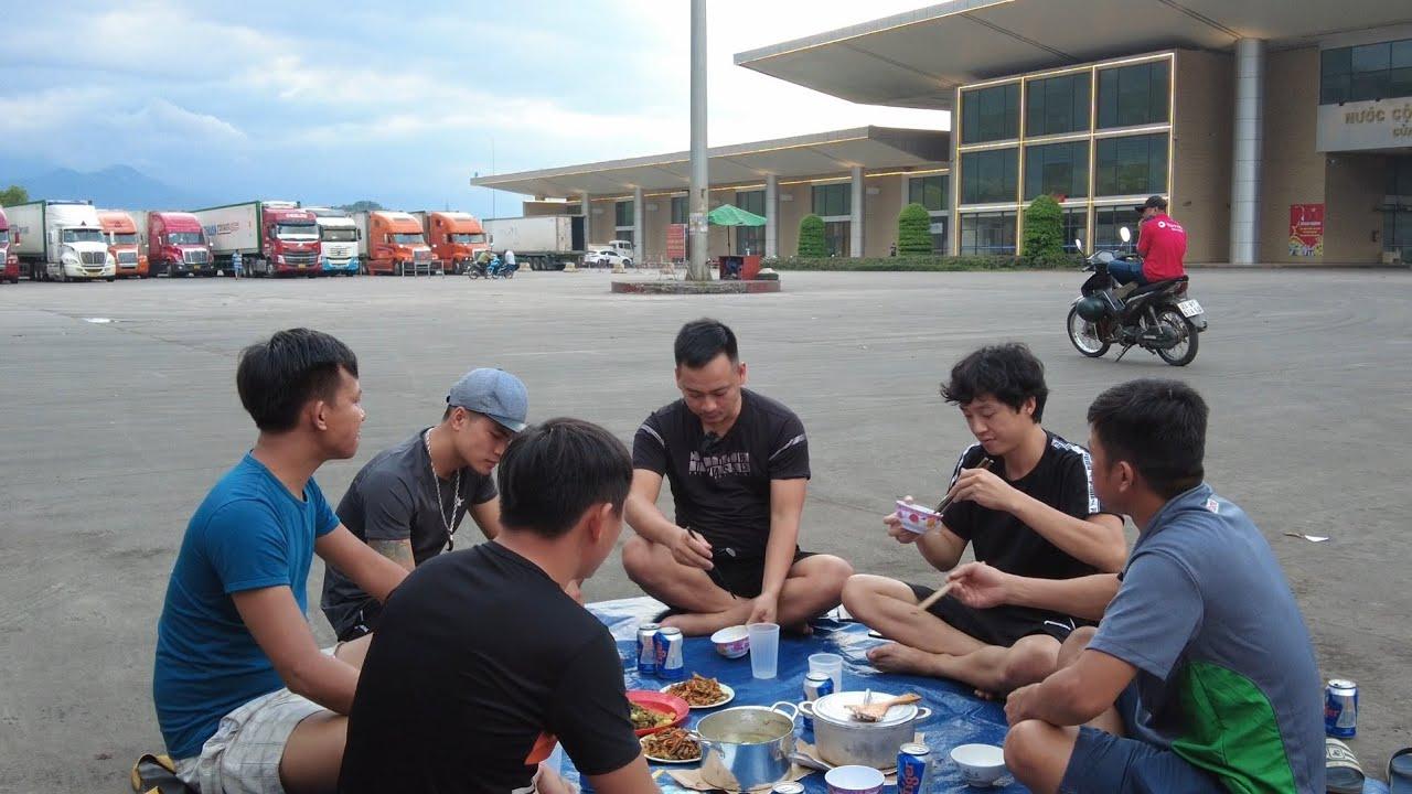 Chạy Chầu #3 - Bữa Cơm Chiều Đạm Bạc Cùng Anh Em Container Đường Dài Tại Biên Giới |Đầu Kéo Vlog#281