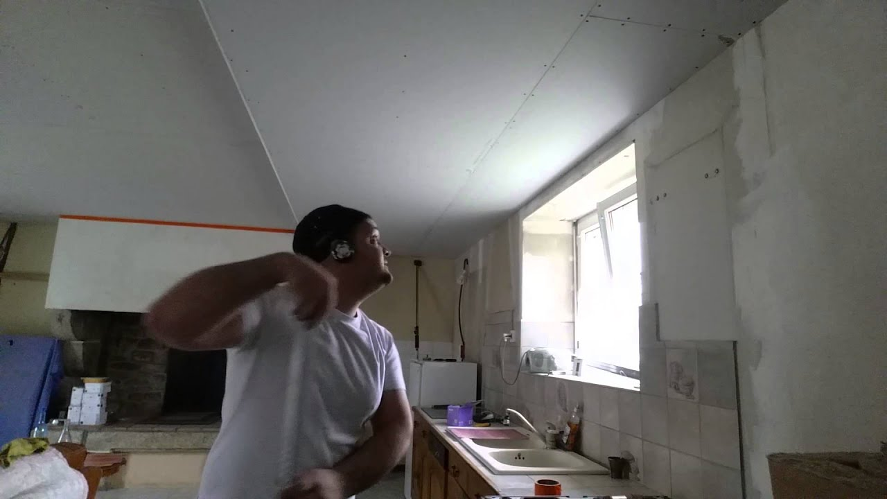 Comment faire un plafond placo sous hourdis b ton en suspente bascule tape 6 8 youtube - Suspente a bascule ...