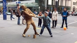 Gold Rugby player Living Statue busker - Auckland (clip 1)