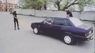 Хрупкая девушка тянет автомобиль