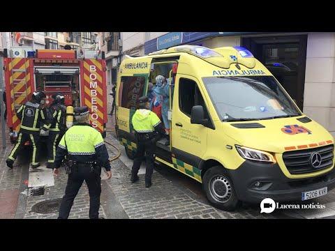 VÍDEO: Un hombre es evacuado al hospital tras el incendio de su vivienda en la calle San Francisco