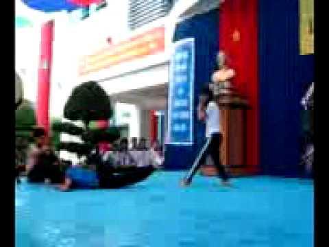 Biểu diễn võ ở trường Nguyễn Hữu Tiến