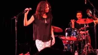 "Minnie Driver Covers ""Close to Me"" by The Cure at The Coach House"