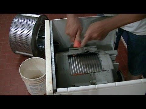 Lavarropas reciclado convertido en rallador de hortalizas.-Washing become recycled vegetable grater