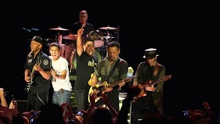 No surrender - Bruce Springsteen & the two coolest kids on stage EVER