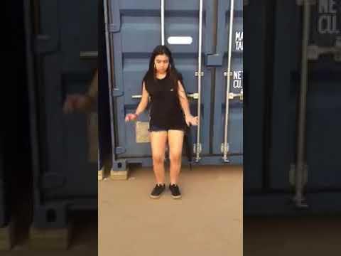 Menina dançando passinho dos maloka