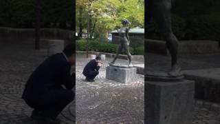 銅像を調べるふりしてしたから