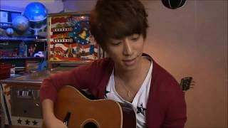 ギターをいじっている慶ちゃんちょーかっこいい♡ 本当は弾けないでしょ...