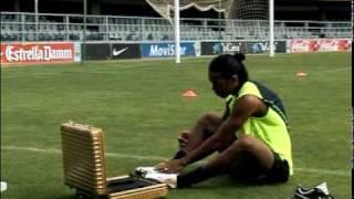 Ronaldinho spielt mit einer Latte Pingpong