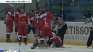 Драка болельщика с хоккеистом / Fan and hockey player in fight