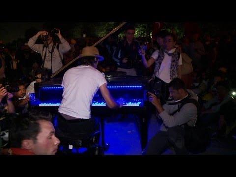 Concert de piano improvisé sur la place Taksim