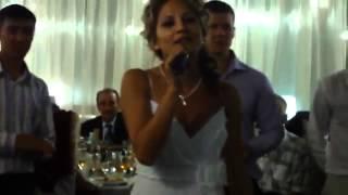 Милая невеста читает рэп