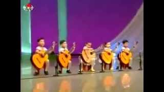 Pequeños niños chinos tocando guitarra