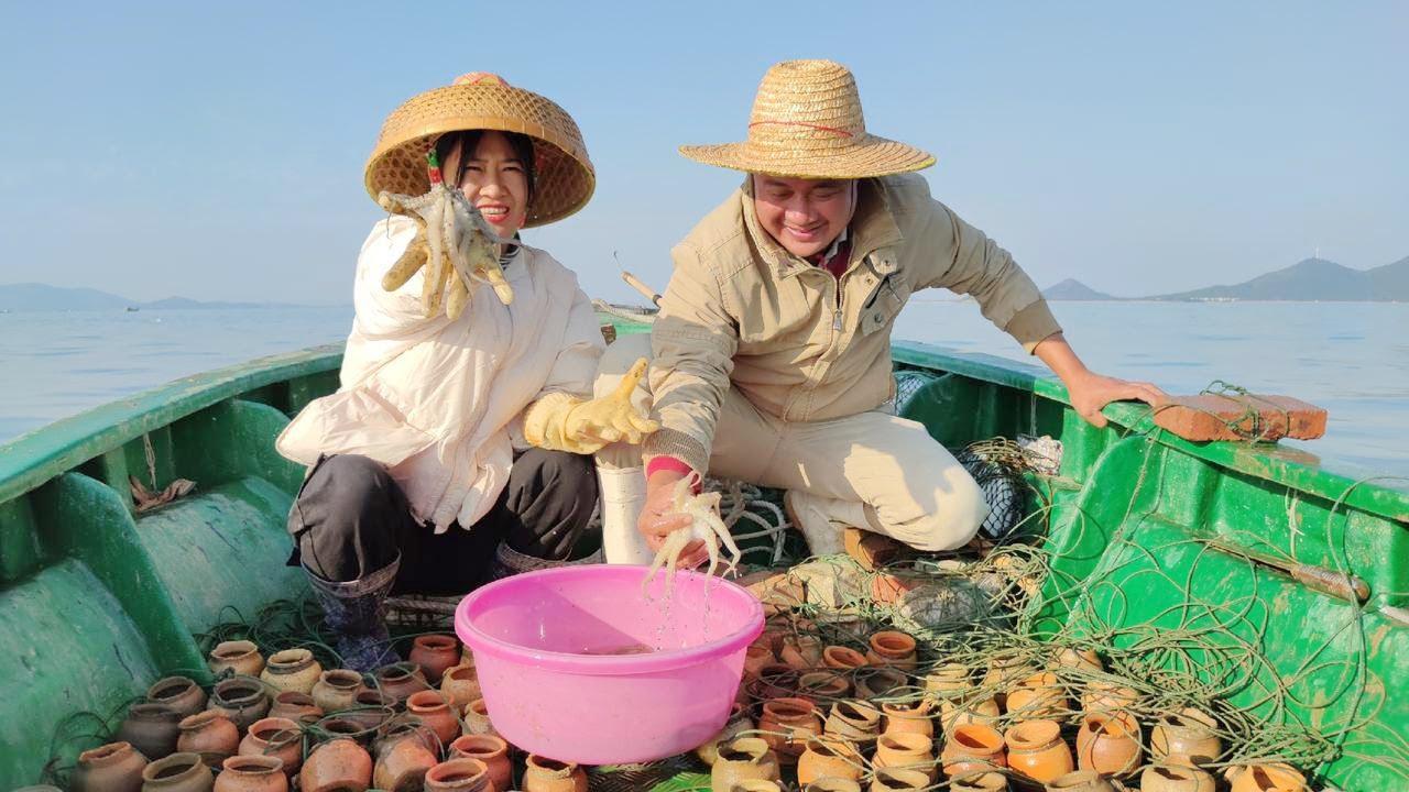 阿渔妹和姐夫一起出海收章鱼罐子,收获超多八爪鱼,吸得都太紧啦!【阿渔妹】