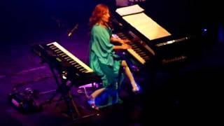 Tori Amos - Fearlessness (Atlanta - 11-29-11).MOV
