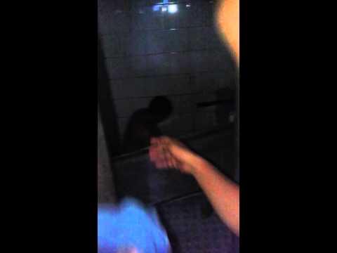 cewek g mandi di wc umum