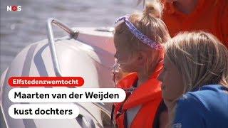 Maarten van der Weijden krijgt knuffel van zijn kids