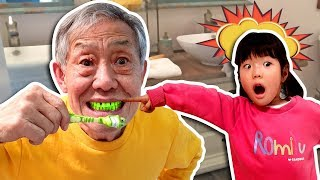 Grandfather! When you eat candy, you have to brush your teeth. Learn Colors with 색깔놀이 상어가족 상어 칫솔 로미유