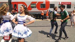 "Mexico - Sweden in Yekaterinburg/Мексика - Швеция. Болельщики пляшут на перроне ""Калинку - Малинку"""