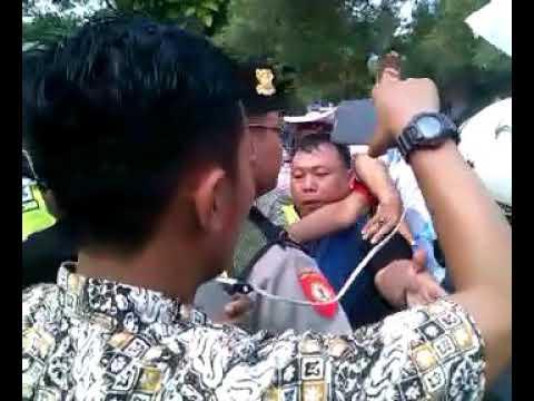 Oknum Polisi pukul Dewan Pendidikan, saat aksi demo bela Masjid As Sakinah dan gedung DKS Surabaya.