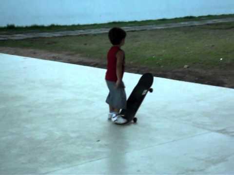 Lucas de 3 anos andando de skat no parque Dona Lindu em Recife