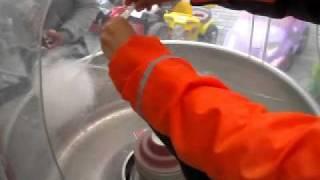 Как делать сладкую вату(Под чутким руководством Артёма делаю сладкую вату :), 2011-10-06T13:52:44.000Z)
