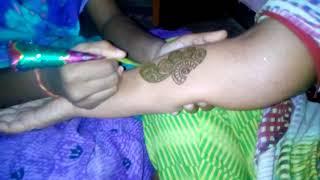 Путешествие по Индии. Как индусы делают Мехенди. Перед свадьбой в доме жениха на руках рисуют хной.