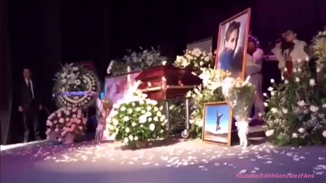El telón se abre una última vez para despedir con rosas blancas a #EdithGonzalez