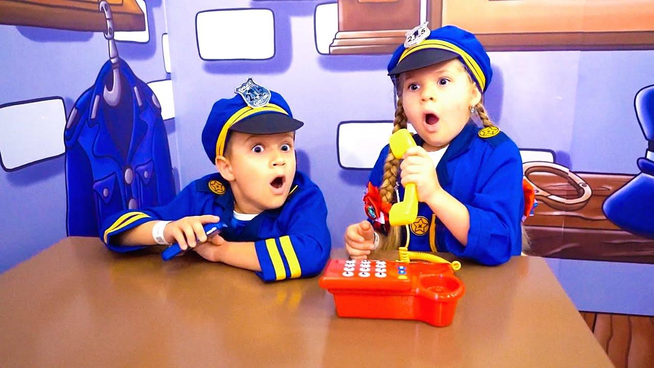 डीयेना और रोमा ने बाल संग्रहालय में कार्य और कहानियां खेल खेलते हैं।