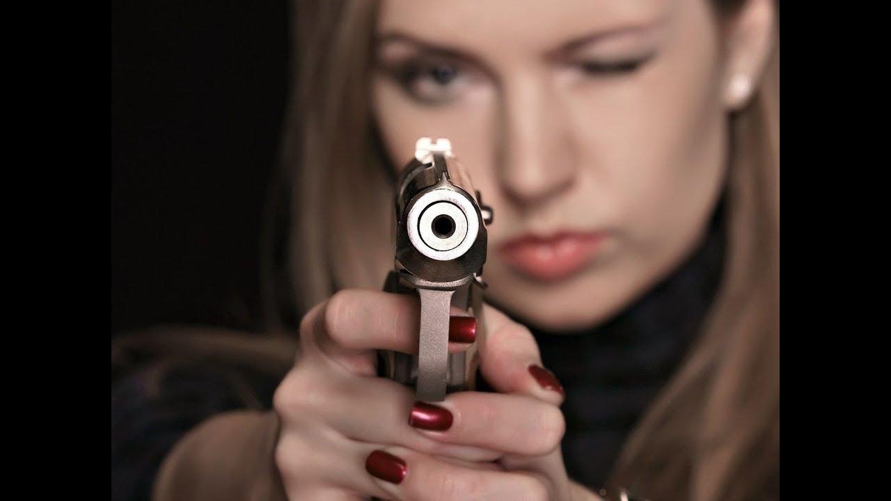 Секси девушка с оружием