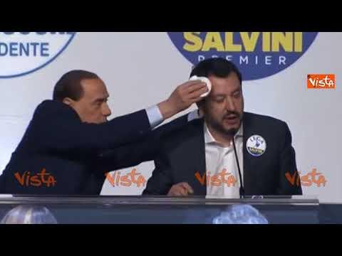 Berlusconi asciuga il sudore dalla fronte di Salvini