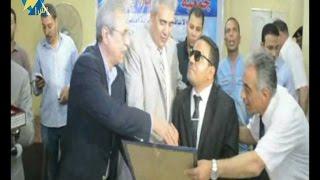 بالفيديو باحث كفيف يحصل على دكتورة بالإعلام  يكرمه محافظ المنيا