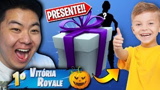I GAVE A HALLOWEEN SKIN GIFT PRO BONFIRE!! -Fortnite Battle Royale