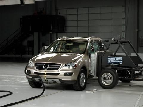 2006 Mercedes-Benz M-Class side IIHS crash test