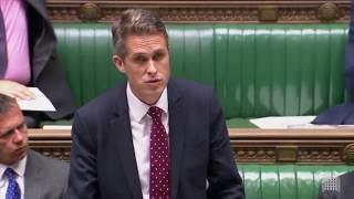 Siri прервала британского министра обороны в парламенте, чтобы рассказать о Сирии