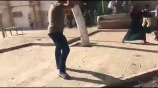 بالفيديو: مواجهات داخل الأقصى.. والاحتلال يغلق مداخل القدس