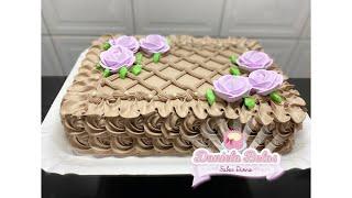 Confeitando Bolo com Rosas Lilás e Chantilly de Chocolate