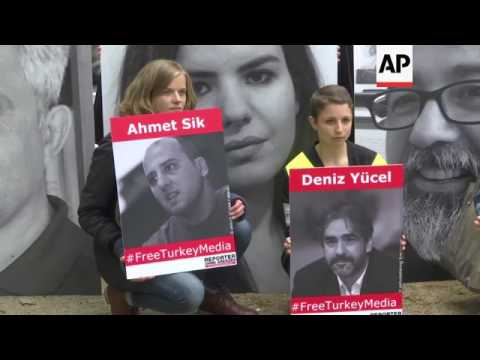 Protesters urge release of journalists in Turkey