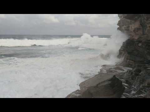Huge waves bashing into rocks, 6m waves @ Bronte ! SUPER HQ