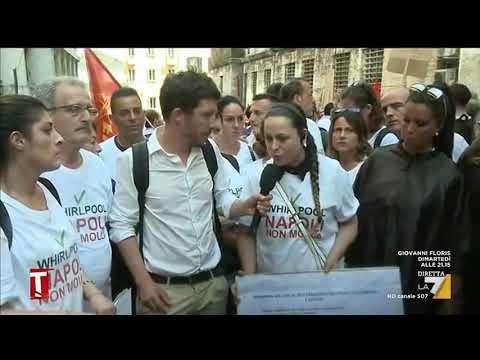 I lavoratori della Whirlpool di Napoli hanno appreso della chiusura dello stabilimento da una slide