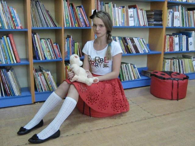 Изображение предпросмотра прочтения – СофьяКиселева читает произведение «Про девочку, которая нашла своего мишку» С.Чёрного
