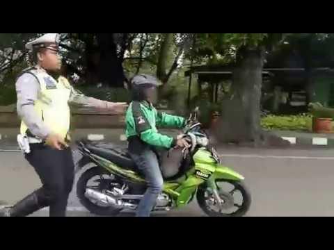 Aksi nekat Driver Gojek melintasi demo angkot menolak jasa angkutan online