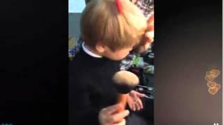 Сын Евгении Гусевой Даниель пудрит себе волосики (2015, TopPeriscope.RU)