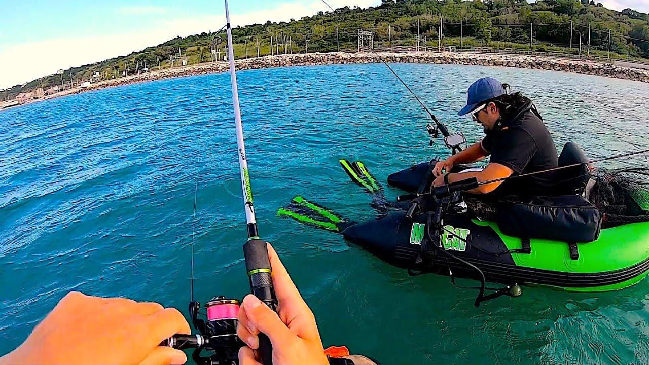 UN NUOVO MODO DI PESCARE IN MARE?! Dal Belly Boat Con Esche Artificiali - STRANI Predatori sul Fondo