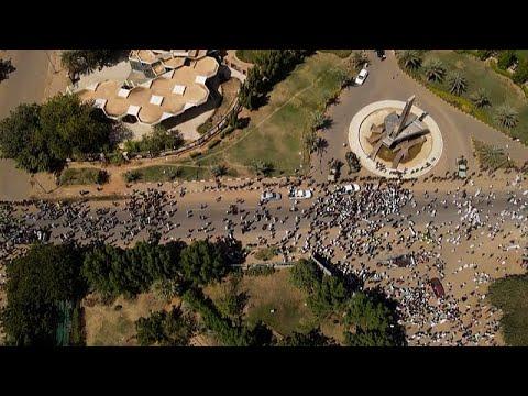 شاهد: الاف المؤيدين للجيش يتظاهرون في الخرطوم داعين لحل الحكومة  - 06:53-2021 / 10 / 17