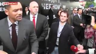 Will Smith Hits Male Reporter Who Kisses Him At 'Men In Black 3' Premiere.mp4