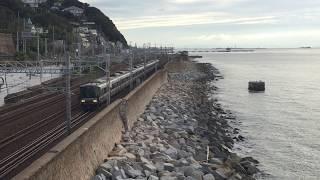須磨の海岸線を行く223系快速電車