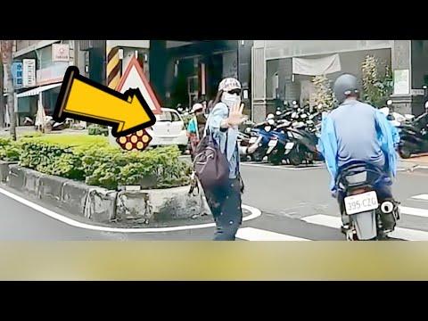 【台灣三寶5 & 日常】小黃為了載客無視機車直接右切 結果人家只是站在那邊而已...